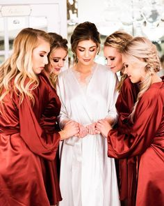 Bride Tribe robes bride getting ready with her bridesmaids Bride And Bridesmaid Pictures, Brides And Bridesmaids, Bridesmaid Getting Ready, Bride Getting Ready, Wedding Photography Poses, Wedding Poses, Wedding Photoshoot, Bridesmaid Robes, Burgundy Bridesmaid