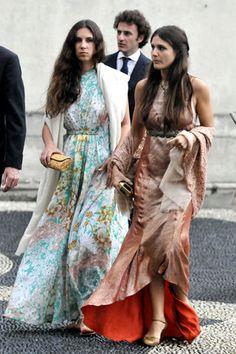 Vestidos largos estampados con fulares de mucha caída y pequeños bolsos joya, look perfecto para boda de tarde-noche