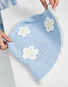 Bucket hat by ASOS DESIGN Top this Bucket style Placement daisy applique Flat top Wide brim Crochet Kawaii, Crochet Cow, Crochet Daisy, Cute Crochet, Crotchet, Diy Crochet Projects, Crochet Crafts, Knitting Projects, Crochet Designs