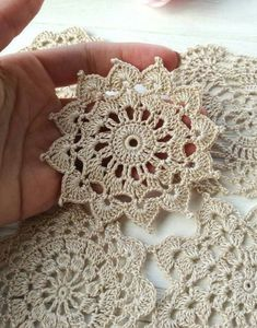 Flor croche motivo clean Flower crochet motif clean for you to share with friends who like to be inspired. Crochet Feather, Crochet Leaves, Crochet Doilies, Crochet Flowers, Crochet Tablecloth, Crochet Motif Patterns, Crochet Squares, Crochet Borders For Blankets, Flower Motif