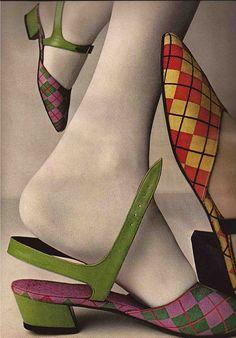 Evelyn Schless cipők a Vouge magazinban - Outbreak Of Argyle By Evelyn Schless, Vogue Mod Fashion, 1960s Fashion, Fashion Shoes, Fashion Accessories, Vintage Fashion, Mode Vintage, Vintage Shoes, Vintage Outfits, Vintage Style