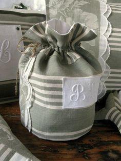 UnTrucEnPlus * cet article n'est plus disponible Cute Bags, Business Fashion, Gift Bags, Diy Tutorial, Needlework, Creations, Shabby, Reusable Tote Bags, Textiles