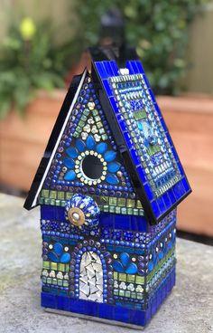 Mosaic Birdbath, Mosaic Garden Art, Mosaic Flower Pots, Mosaic Pots, Mosaic Birds, Mosaic Diy, Mosaic Glass, Stained Glass, Tile Crafts