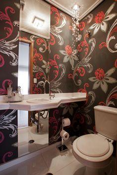 A arquiteta Cinthia Garcia e a designer de interiores Andréia Karalkovas inovaram no décor do lavabo com o papel de parede estampado.