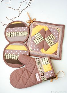 Pot Holder Crafts, Pot Holders, Small Sewing Projects, Sewing Crafts, Mini Quilts, Baby Quilts, Quilted Potholders, Egg Carton Crafts, Sewing To Sell