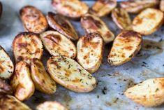 Potatishalvor i ugn (Fredrik Fika) Calzone, Fika, Eggplant, Baked Potato, A Food, Zucchini, Cake Recipes, Sausage, Bacon