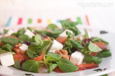 Ensalada de salmón, queso y arándanos Ensalada Caprese, Caprese Salad, Queso, Feta, Healthy Life, Salads, Cheese, Smoked Salmon Salad, Marinated Salmon