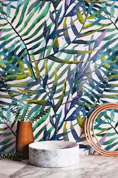 Feuilles exotiques fonds d'écran de Wallflora sont conçus pour donner un look entièrement nouveau aux murs de votre chambre. Ce sont des fonds d'écran facilement amovibles qui peuvent être facilement fixés sur les murs sans appliquer de la colle supplémentaire. Un beau motif de feuilles caractérise ce fond d'écran.  Il suffit de décoller la partie arrière des papiers peints, les appliquer sur les murs et voir votre transformation maison !  TAILLE  Vous avez la possibilité de deux tailles…