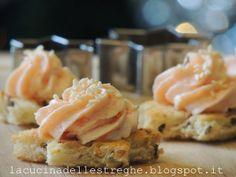 Antipasti di stelline di pane tostato con crema al salmone