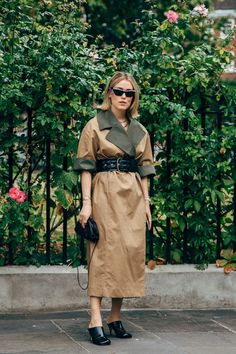The end of New York Fashion Week means the street style set is poised for its London takeover. One part prim, prep, and punk, the vibe at London Fashion Week Dope Fashion, Cool Street Fashion, Street Chic, Urban Fashion, Street Style Women, Swag Fashion, Style Fashion, Fashion Outfits, Fashion Tips