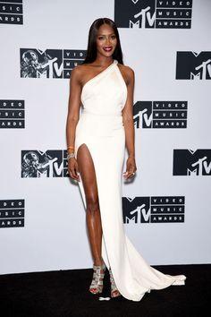 Naomi Campbell no podía estar más espectacular con vestido asimétrico blanco…