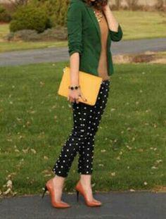 Pumps, calza y blazer verde