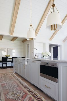 Light Gray Kitchen Island with Shaker Doors - Transitional - Kitchen Best Picture For black kitchen Beautiful Kitchens, Beautiful Homes, Grey Kitchen Island, Gray Island, Kitchen Islands, Light Grey Kitchens, Decor Scandinavian, Shaker Doors, Benjamin Moore Gray