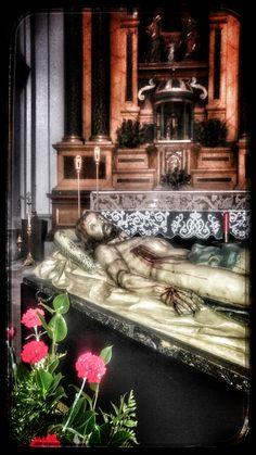 Cristo yacente de la Cofradía del Santo Entierro de Valladolid momentos antes de su procesión Titular en la noche del Jueves Santo.