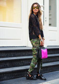 black lace blouse camo pants - hideous the way she put together but cuter blouse and skinny camo pants black pumps = cute The Sartorialist, Camo Pants Outfit, Camo Outfits, Green Outfits, Mode Camouflage, Camouflage Pants, Style Désinvolte Chic, Sincerely Jules, Black Lace Blouse