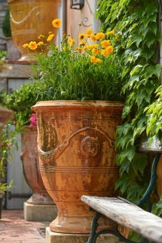 Vase Anduze Flamme Vieilli - Eye of the Day Garden Design Center Garden Urns, Diy Garden, Potted Garden, Garden Projects, Potted Plants, Garden Ideas, Unique Gardens, Beautiful Gardens, Container Plants