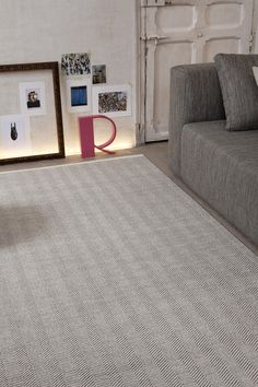#Alfombras de lana SKANDIA hechas en telares Manuales Couch, Rugs, Furniture, Home Decor, Handmade Rugs, Modern Rugs, House Decorations, Natural Colors, Simple Designs