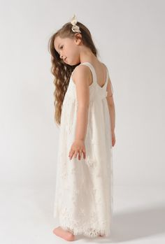 Calais lace dress, silk crepe lining, gathers under the chest. 50% Cotton, 50% Polyamide and 100% Silk