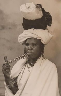 Pipes from the Eastern Cape were called ingawa and were smoked by both men and women. Women smoked larger pipes that were sometimes beaded - which complemented the smoker's attir