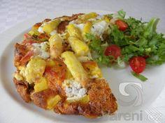 Recept na přípravu vaječné omelety zapečené s blanšírovaným bílým chřestem na másle s šafránem, šunkou a kozím sýrem.