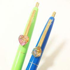 オルゴナイト付きボールペン2種 左:Sサイズ、ハート型、ローズクオーツ入り 右:Sサイズ、ジュエリーカット型、ソーダライト入り