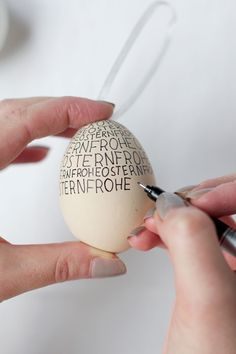 we love handmade | DIY: Ostereier beschriften/beschreiben. Hand Lettering auf Ostereiern. | https://welovehandmade.at