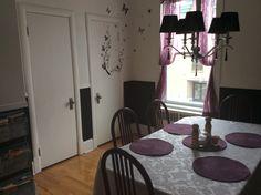 Une deuxième salle à manger ou une salle pour écrire les cartes postales au Couette & Café À la Québécoise au Centre Ville de Québec  418-529-2013