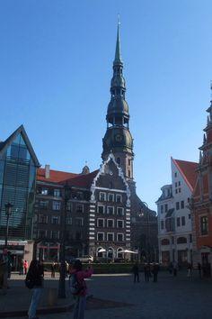 Place de l'hôtel de Ville avec l'église St Pierre en arrière plan. Riga.