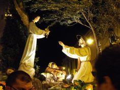 Mentre il Sindaco porta il Cristo Crocifisso, l'Assessore rifiuta la Croce