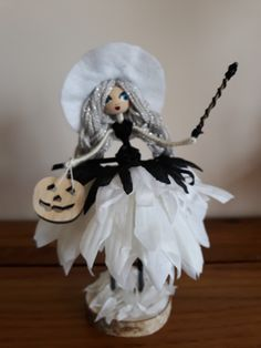 White and black witch bendy doll Angel Flowers, Flower Fairies, Yarn Dolls, Felt Dolls, Halloween Fairy, Halloween Crafts, French Country Crafts, Switch Witch, Witch Dolls