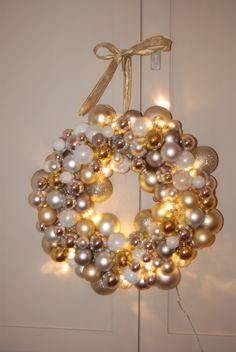 """DIY Christmas Ornament Wreath with lights. Eindelijk tijd gevonden om zelf een kerstkrans met kerstballen te maken. Ik heb er ook licht in verwerkt. Kleine ledlampjes in de kerstballen gedaan, werkt het mooist met een beetje """"vage"""" kerstbal."""