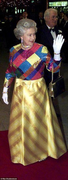 La Reina llega al Royal Performance en 1999 vestida de colores fuertes y joyas en diamantes.