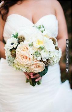 peach and white wedding bouquet by April Flowers | VIA #WEDDINGPINS.NET