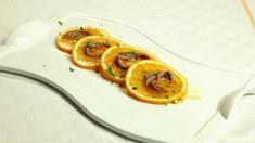 Ricetta Antipasto di arance: Disponete le fette di arancia in un grande piatto da portata; sopra ad ognuna collocate 2 filetti di acciughe, irrorate con olio, salate appena e...