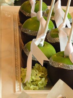 Chocolate Granny Smith Apples trimmed in edible silver glitter, such a good idea for guest gifts. Easy and cheap.