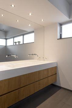 Bij Hubbers interieurmakers kunt u terecht voor het laten ontwerpen en realiseren van een compleet interieur tot het maken van een enkel meubel. Zoals dit zwevend badmeubel. Long Mirror, Cds, Flush Toilet, Washroom, Shower Doors, Bathroom Organization, Minimalism, Bedrooms, Vanity