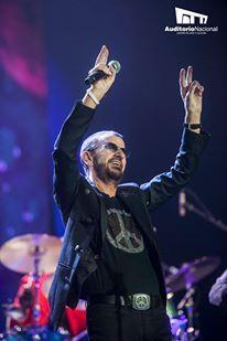 "Ringo Starr & His-All Starr Band, formada por Steve Lukather, Gregg Rolie, Richard Page, Todd Rundgren, Mark Rivera y Gregg Bissonette, compartieron temas como ""Kyrie"", ""Boys"", ""Black Magic Woman"", ""Oye cómo va"", ""Hold the Line"", ""With a Little Help from My Friends"", entre otros. / 13 de noviembre de 2013."