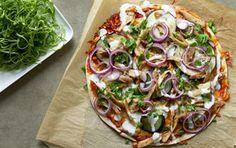 Krydret pizza med hvidløgsdressing og salat