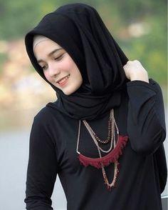 Image may contain: 1 person Hijabi Girl, Girl Hijab, Muslim Girls, Muslim Women, Hijab Fashion, Fashion Outfits, Korean Fashion, Beautiful Hijab Girl, Hijab Stile