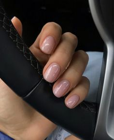 The advantage of the gel is that it allows you to enjoy your French manicure for a long time. There are four different ways to make a French manicure on gel nails. Minimalist Nails, Short Nail Designs, Nail Designs Spring, Nude Nails, My Nails, Acrylic Nails, Design Ongles Courts, Uñas Fashion, Fashion Styles