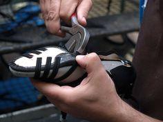 Beim Überholen (auch Zwicken genannt) wird der Schaft über den Schuhleisten gezogen und an die Brandsohle geklebt und genagelt.