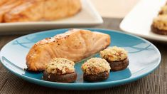 Take all your favorite breakfast ingredients -– bacon, eggs, hash browns, cheese, milk – and combine them into a glorious breakfast pie. Then add a bacon lattice on top and the creation is complete! Portobello, 16 Bars, Stuffed Mushrooms, Stuffed Peppers, Cake Recipes, Fish Recipes, Yummy Recipes, Cookies Et Biscuits, Shortbread Cookies
