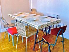 Table à manger en palette avec chaises dépareillées