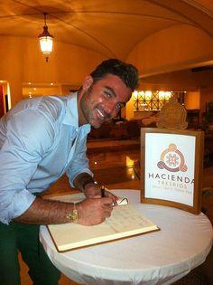 Mauricio Mejía @mauricio_mejia firmando el libro de oro de invitados distinguidos.