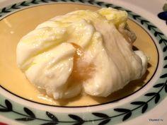 За многие годы, что я готовлю яйца пашот, не встречала более удачного и простого рецепта.  http://amp.gs/1eXf