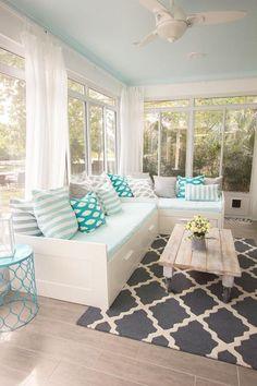 tissu scandinave, tapis graphique et coussins géo en blanc et turquoise, grandes fenêtres