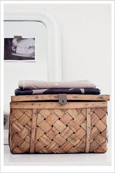 Trunk for storage - Interior Decoration Home Interior, Interior Styling, Interior And Exterior, Interior Decorating, Deco Ethnic Chic, Deco Boheme, Home And Deco, Interiores Design, Home And Living