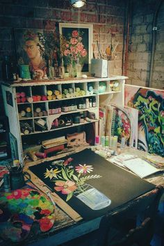You don't need a big space for an art studio. Here I'm sharing with you 10 Inspirational Art Studios that I love. Rangement Art, Deco Cool, Art Studio At Home, Home Art Studios, Garage Art Studio, Craft Studios, Art Studio Design, Art Studio Organization, Dream Studio