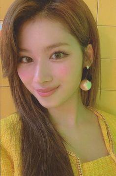 Pink Lemonadeさん (@TimetoTwicee) / Twitter Kpop Girl Groups, Korean Girl Groups, Kpop Girls, Nayeon, Selca, Sana Minatozaki, Twice Once, Twice Sana, Famous Girls