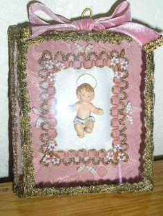 Registo , memória ou relicário < Menino Jesus em caixa de vidro facetado e  decorado com missangas